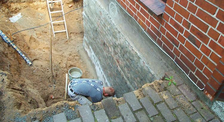 Sanierungs- arbeiten am Mauersockel